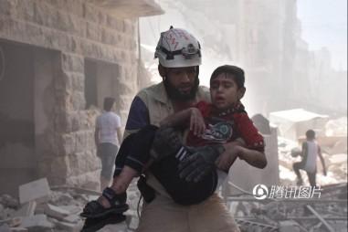 [Photo] Hình ảnh em bé Syria nằm dưới đống đổ nát gây xúc động mạnh