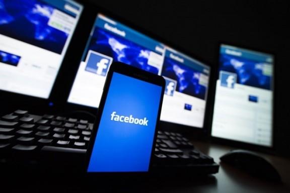 Facebook đang theo dõi người dùng qua webcam?