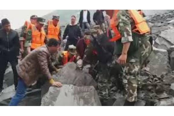 Lở đất khủng khiếp tại Trung Quốc: Hơn 40 ngôi nhà và hàng trăm người bị vùi lấp