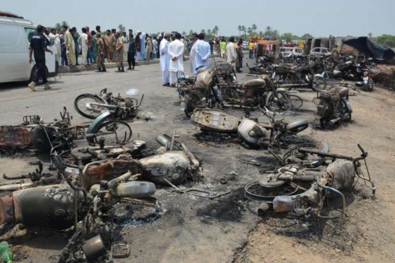 Nổ xe chở dầu tại Pakistan: Ít nhất 141 người tử vong