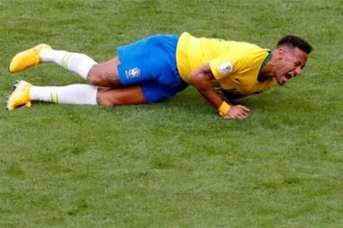 """""""Người ngoài hành tinh"""" Ronaldo nói gì về """"lối chơi ăn vạ"""" của Neymar"""