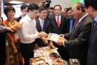 Thủ tướng thăm các gian hàng tại Hội Báo toàn quốc 2019