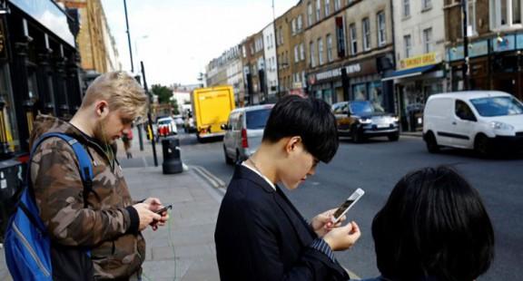 Australia: Dùng điện thoại khi đi bộ qua đường sẽ bị phạt nặng