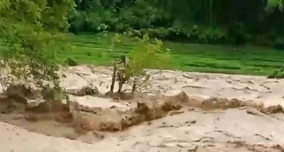 Thanh Hóa: Bộ đội biên phòng cứu sống người đàn ông giữa dòng lũ dữ