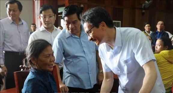 Phó Thủ tướng Vũ Đức Đam thăm và tặng quà cho nạn nhân chất độc da cam tỉnh Phú Yên