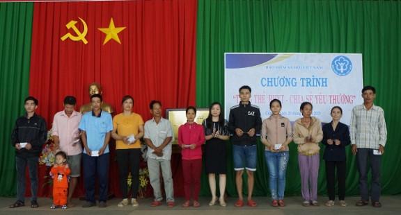 BHXH Đồng Nai: Tặng thẻ BHYT đến người dân có hoàn cảnh khó khăn