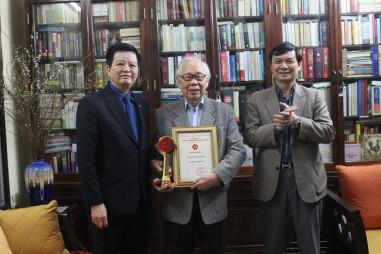 Trao Cúp và Giấy chứng nhận Nhà báo tiêu biểu cho nhà báo Phan Quang