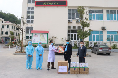Hội Nhà báo Quảng Ninh trao tặng quà, vật tư y tế cho các đơn vị