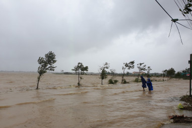 Mưa lũ ở Quảng Bình khiến 2 người mất tích, chia cắt nhiều thôn bản
